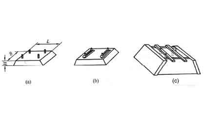 图1 电动机的安装座墩及座墩浇注模板